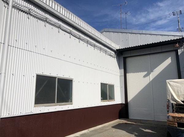 東京都町田市 外壁塗装 倉庫 トタン外壁 中塗り→上塗り (6)
